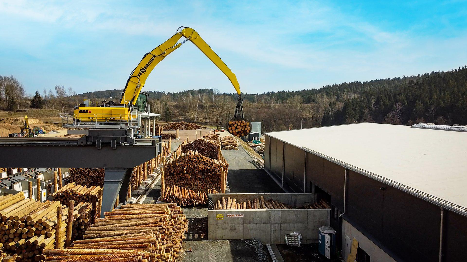 GELO Holzwerke's 835 E shown moving logs.